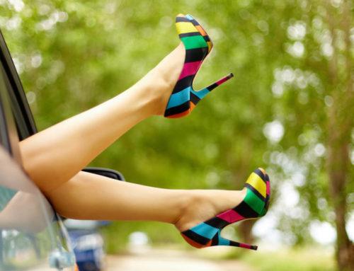Per saperne di più: guidare con i tacchi, le infradito, a piedi nudi…